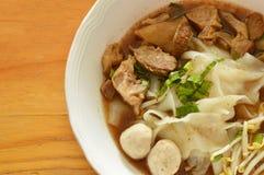 Grande tagliatella di riso con carne di maiale brasata e palla in minestra marrone fotografia stock libera da diritti