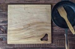Grande tagliere di legno sulla superficie di marrone Fotografia Stock