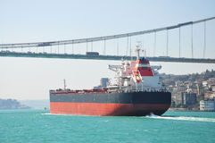 Grande tanque de carga que passa a ponte do bosphorus, Istambul, Turquia Imagens de Stock Royalty Free