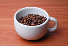 Grande tasse pleine du grain de café Image stock