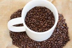 Grande tazza con i chicchi di caffè Fotografia Stock