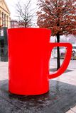 Grande tazza rossa sulle vie fotografia stock libera da diritti