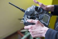 Grande telecomando radiofonico nella mano del ` s del ragazzo fotografia stock