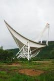 Grande telescopio radiofonico in montagne norvegesi. Immagini Stock