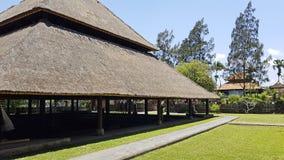 Grande telhado cobrido com sapê O verde é um parque bonito n fotos de stock