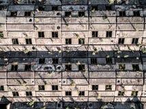 Grande telhado obsoleto da construção com janelas Imagens de Stock Royalty Free