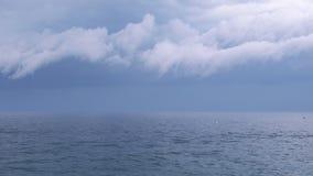 Grande tempesta sopra il mare con fulmine video d archivio