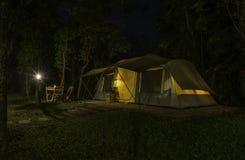 Grande tenda alla notte con la lanterna e la lampada Fotografie Stock Libere da Diritti