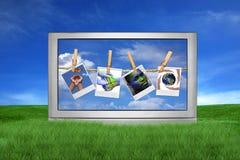 Grande tevê fora com edições globais na tela Fotos de Stock
