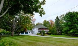 Grande, tipo coloniale casa padronale veduta in Nuova Inghilterra, U.S.A. fotografia stock libera da diritti