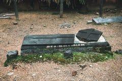 Grande tombe cassée dans le cimetière catholique Photos libres de droits