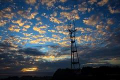 Grande torre de encontro a um céu Fotografia de Stock