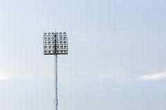 Grande torre dei riflettori sul fondo del cielo blu Fotografie Stock Libere da Diritti