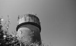 Grande, torre di acqua concreta con le Telecomunicazioni ed antenne senza fili 4G Fotografia Stock Libera da Diritti