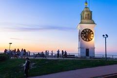 Grande torre di orologio di Petrovaradin sulla sponda destra del Danubio Immagine Stock