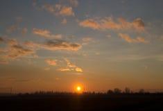 Grande tramonto sul prato Immagine Stock