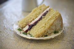 Grande tranche de gâteau mousseline de confiture de framboise Images libres de droits