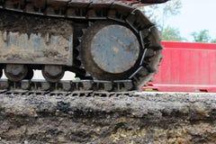Grande trattore a cingoli dell'escavatore sulle recinzioni della plastica del fondo immagine stock libera da diritti