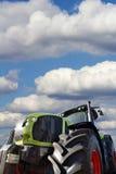 Grande trattore su fondo del cielo nuvoloso Fotografie Stock