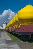 Grande treno merci con fondo blu situato sullo sta ferroviario Fotografie Stock