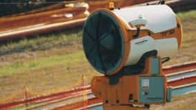 Grande turbina que gira lentamente no parque do ar livre com o tubo e que cerca sobre para trás vídeos de arquivo