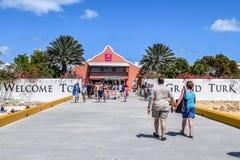 Grande Turco, Isole Turks e Caicos - 3 aprile 2014: I passeggeri arrivano in grande Turco fotografia stock libera da diritti