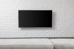 Grande TV sur le mur blanc photographie stock libre de droits