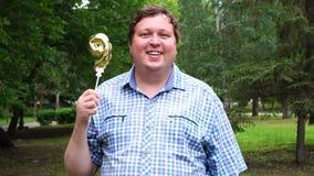 Grande uomo che tiene pallone dorato che rende il numero 9 all'aperto Partito di celebrazione di nono anniversario stock footage