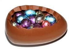 Grande uovo di cioccolato riempito di uova Fotografie Stock Libere da Diritti