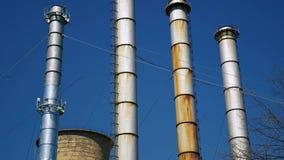 Grande usine avec les cheminées énormes d'évacuation banque de vidéos