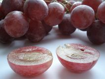 Grande, uva succosa e rosa in un taglio Fotografia Stock Libera da Diritti