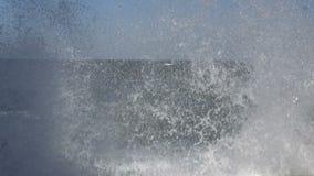 Grande vague écrasant au remblai en béton de bord de mer banque de vidéos