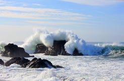 Grande vague au-dessus de roche de côte de sonoma Photos stock