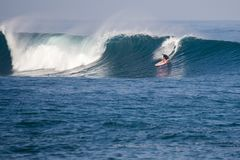 Grande vague cette frettes avec le surfer photographie stock libre de droits