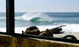 Grande vague colorée au Portugal image libre de droits