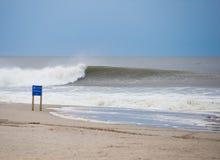 Grande vague d'ensemble se cassant sur le rivage Photo libre de droits