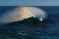 Grande vague de ressac se cassant, avec des couleurs d'arc-en-ciel Photos libres de droits