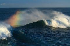 Grande vague de ressac se cassant, avec des couleurs d'arc-en-ciel Images stock