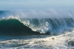 Grande vague de ressac se cassant comme baril Image stock