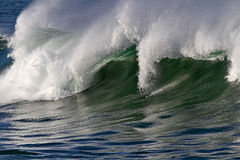 Grande vague se brisante Photos stock