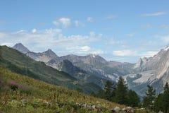 Grande valle sulle alpi italiane a tempo di molla Immagini Stock Libere da Diritti