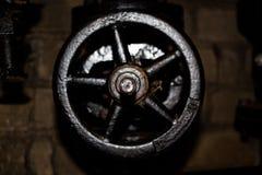 Grande valve en métal dans le système de chauffage sur une conduite d'eau Images stock