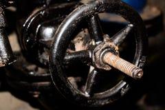Grande valve en métal dans le système de chauffage sur une conduite d'eau Image libre de droits