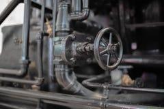 Grande valve sur la canalisation noire industrielle photos libres de droits