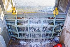 Grande valvola del metallo per vuotare acqua in eccesso nel bacino idrico fotografia stock libera da diritti