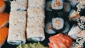 Grande variedade bem escolhida de rolo de sushi, nigiri, maki, Gunkan com salmões, enguia, camarões, queijo de Philadelphfia e ou filme