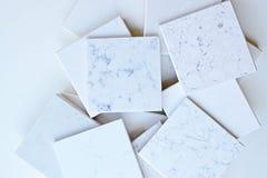 A grande variedade das amostras de pedra marmoreia principalmente como as grões e as veias empilhadas acima junto com o espaço va Fotografia de Stock Royalty Free