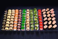 Grande variedade de rolos de sushi coloridos saborosos do maki Sushi m fotografia de stock royalty free