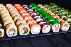 Grande variedade de rolos de sushi coloridos saborosos do maki, selecti fotos de stock
