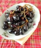 Grande vassoio nero della frutta dell'uva Fotografia Stock Libera da Diritti